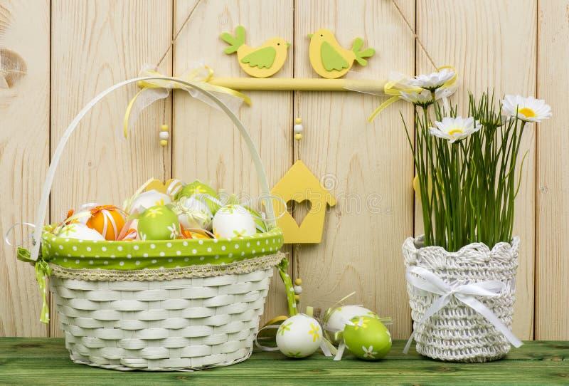 Wielkanocne dekoracje - kwiaty i kosz z jajkami fotografia stock