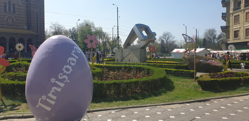 Wielkanocne dekoracje w Timisoara Rumunia Union Square dla Katolickich i Ortodoksalnych Wielkanocnych wakacji - marchewek jajek k obrazy stock