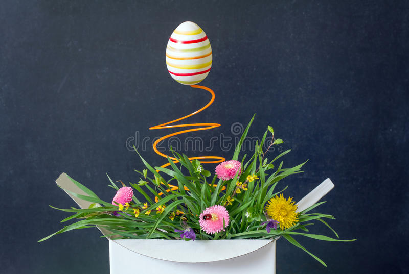 Wielkanocnego jajka i wiosny kwiatu łąka w pudełkowatej niespodzianki abstrakcjonistycznym unikalnym pojęciu obrazy stock