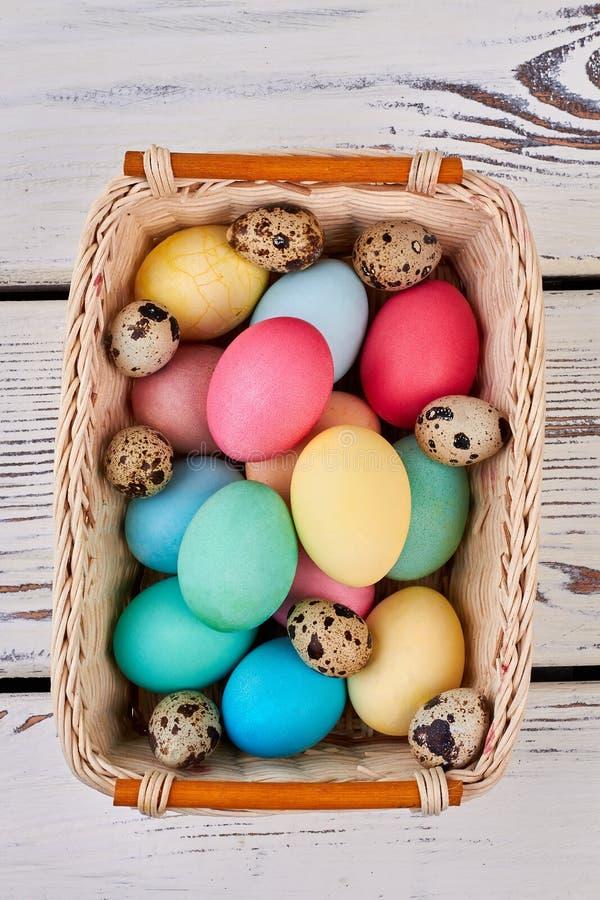 Wielkanocnego jajka kosz, odgórny widok zdjęcie royalty free
