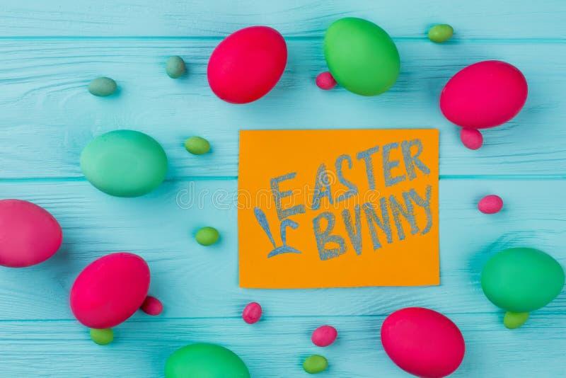 Wielkanocnego królika tekst i farbujący jajka obrazy royalty free