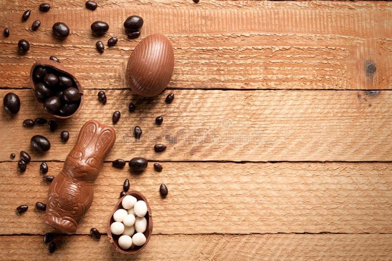 Wielkanocnego pojęcia malujący i czekoladowi jajka, cukierki, krople, candys obraz stock
