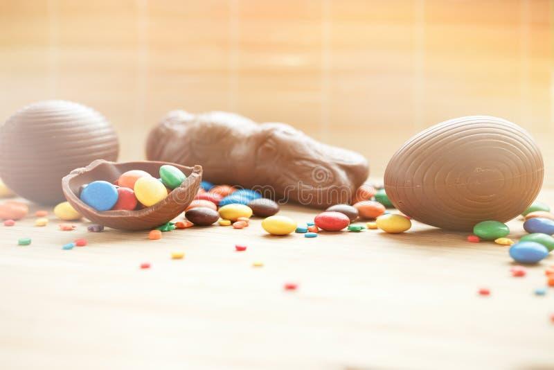 Wielkanocnego pojęcia malujący i czekoladowi jajka, cukierki, krople, candys obraz royalty free