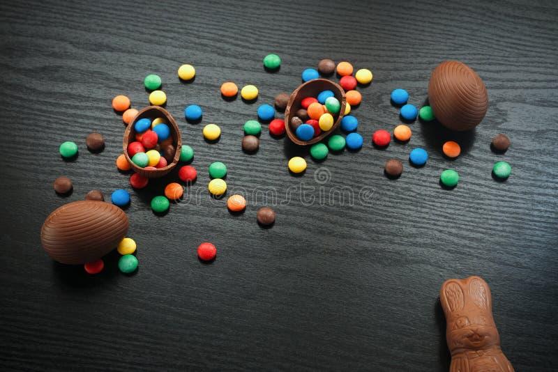 Wielkanocnego pojęcia malujący i czekoladowi jajka, cukierki, krople, candys zdjęcie stock