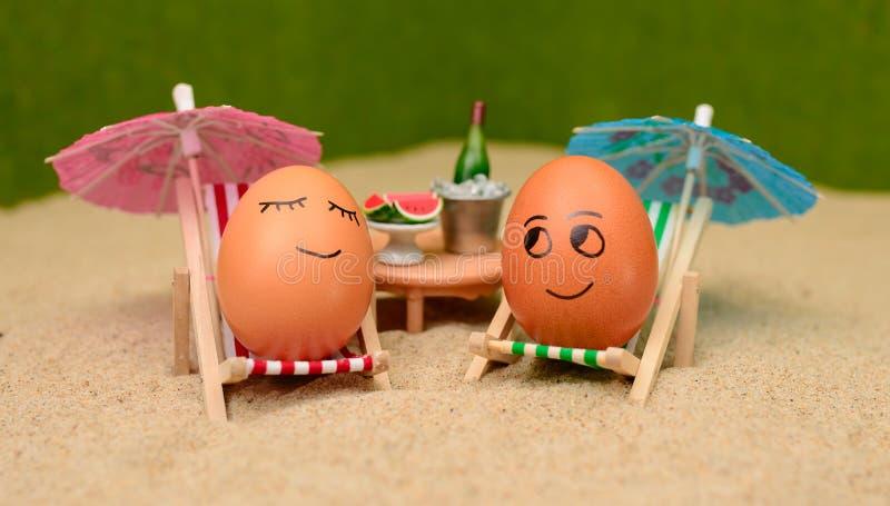 Wielkanocni śmieszni jajka pod parasolem obraz stock