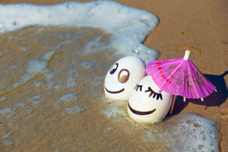 Wielkanocni śmieszni jajka pod parasolem na plaży zdjęcia stock