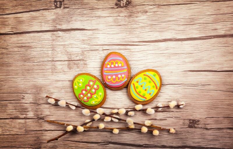 Wielkanocni ciastka i kwiaty fotografia royalty free