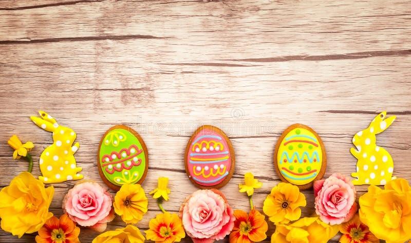 Wielkanocni ciastka i kwiaty zdjęcie stock
