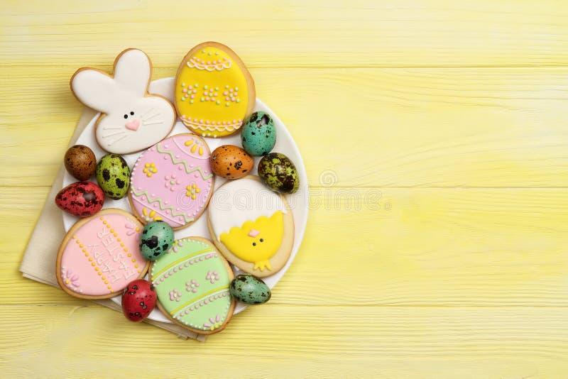 Wielkanocni ciastka na talerzu zdjęcie stock