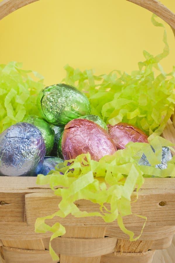 Wielkanocni czekoladowi jajka w koszu. zdjęcia royalty free