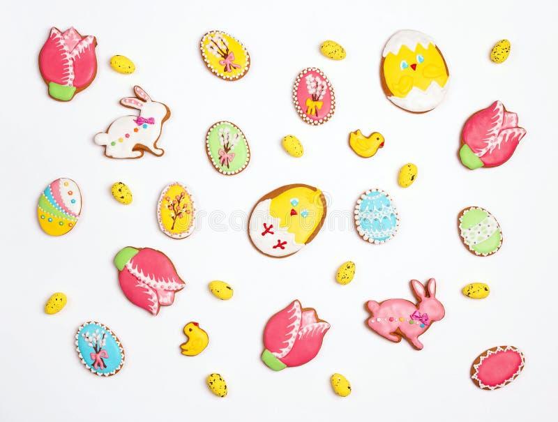 Wielkanocni domowej roboty piernikowi ciastka na białym tle zdjęcia stock