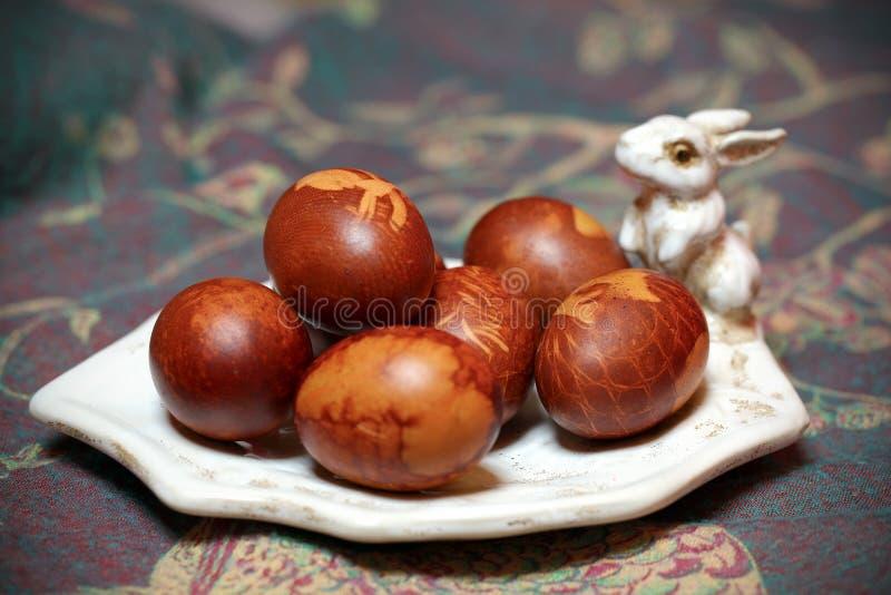 Wielkanocnych jajek naturalny kolor na królika królika talerzu, obraz royalty free