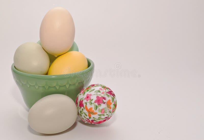 Wielkanocni jajka do i z zielonego pucharu fotografia stock