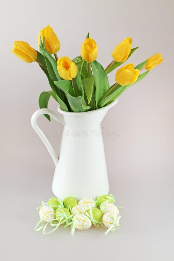 Wielkanocni jajka i żółci tullips zdjęcie stock