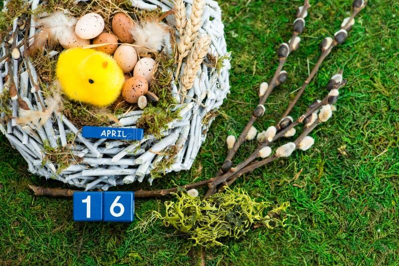 Wielkanocni jajka i kurczątko w zielonym mech świąteczna dekoracja Szczęśliwy E zdjęcia stock