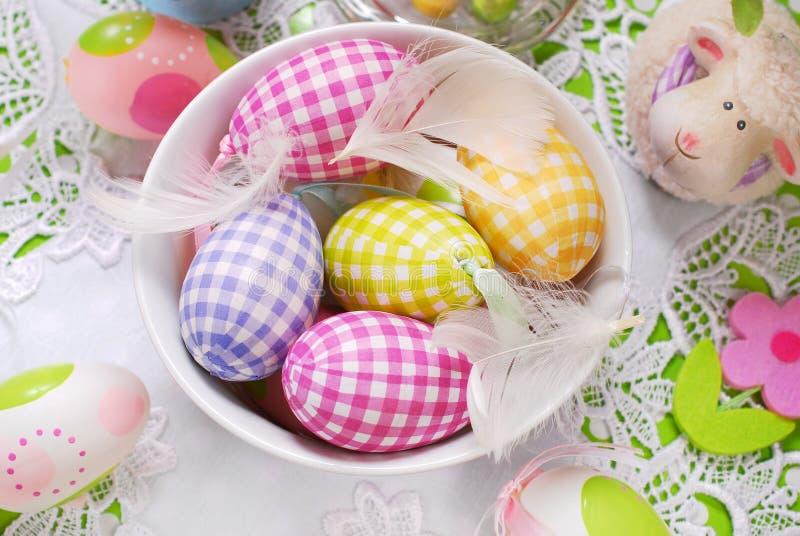 Download Wielkanocni Jajka I Piórka W Pucharze Zdjęcie Stock - Obraz złożonej z widok, pastel: 65225458