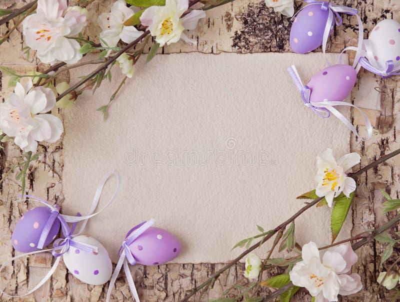 Wielkanocni jajka i puste miejsce notatka zdjęcia royalty free