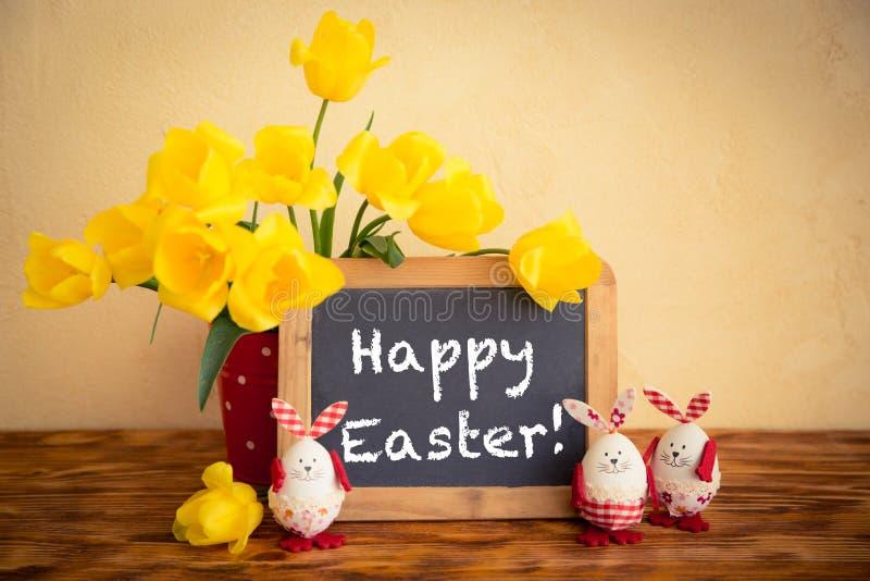Wielkanocni jajka, kwiaty i blackboard puste miejsce, zdjęcie stock