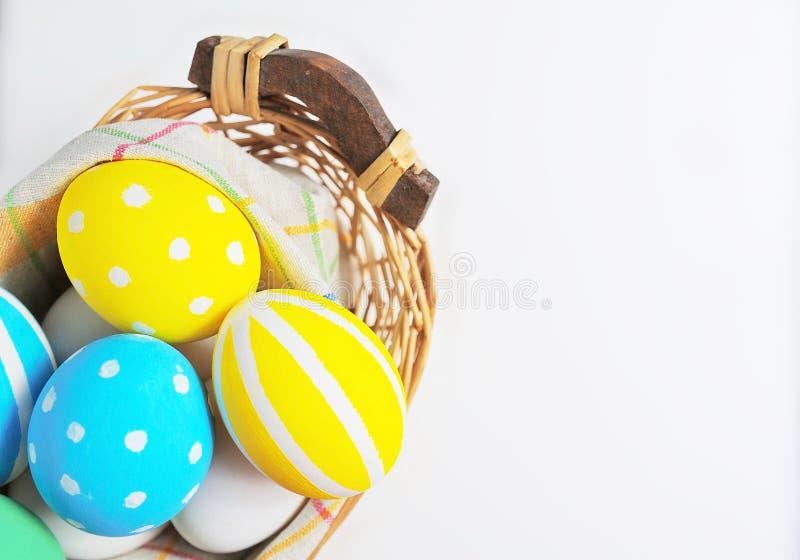 Wielkanocni jajka malowali w pastelowych kolorach na białym tle zdjęcia royalty free