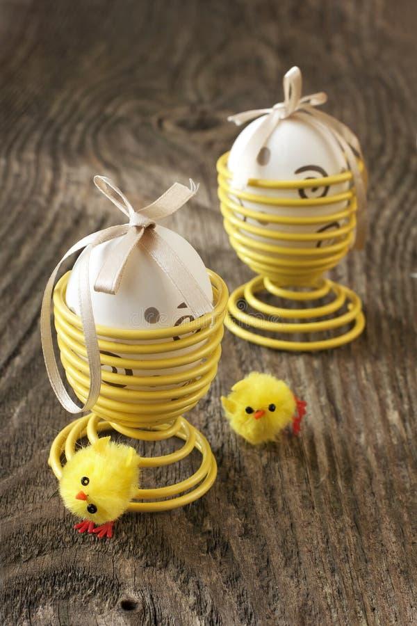 Download Wielkanocni Jajka Na Drewnianym Tle Obraz Stock - Obraz złożonej z deska, target106: 53776783