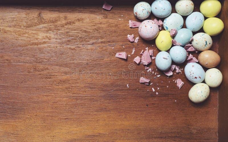 Wielkanocni jajka na drewnianym tle Wielkanoc karty zdjęcia stock