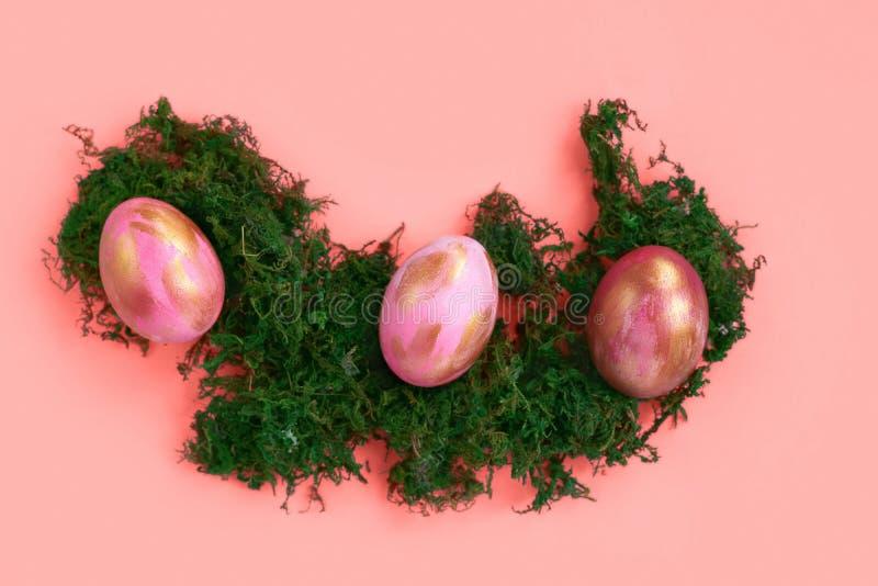 Wielkanocni jajka na koralowym tle zdjęcie stock