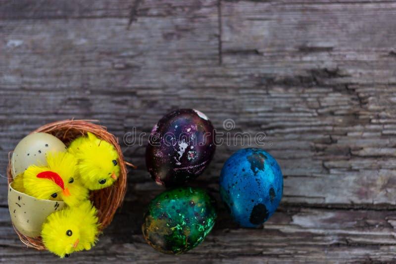 Wielkanocni jajka na starej drewnianej desce Wiosna, Wielkanocny pojęcie zdjęcie royalty free