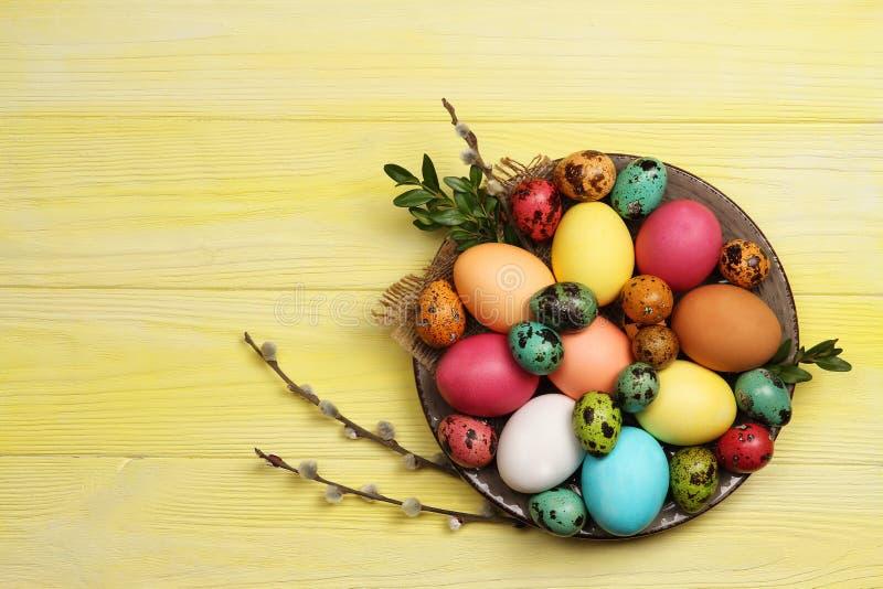 Wielkanocni jajka na talerzu na żółtym tle Wielkanoc zdjęcie royalty free