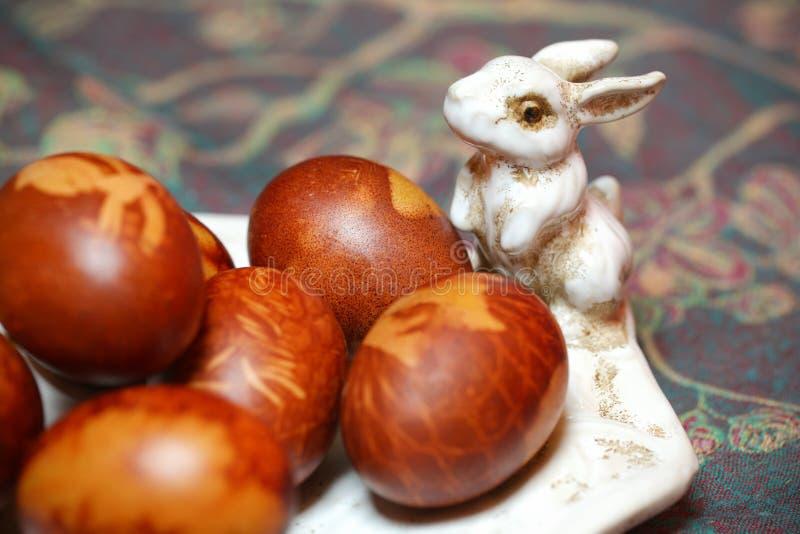 Wielkanocni jajka naturalnie barwiący z królika królikiem zdjęcia royalty free