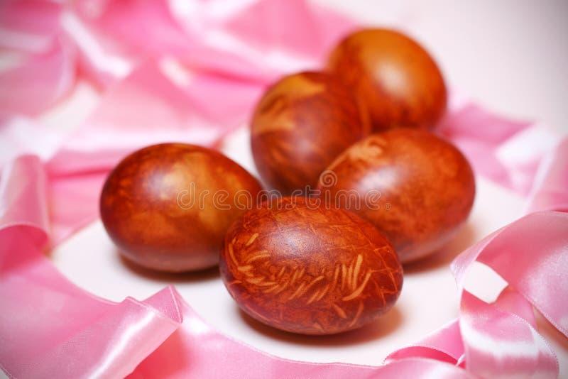Wielkanocni jajka z różowym faborkiem, prezent dla wakacji obrazy royalty free