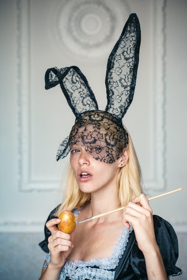 Wielkanocni jajka Piękni młoda kobieta obrazu jajka Fasonuje portret piękna zmysłowa kobieta i spojrzenia bardzo sensually obrazy royalty free