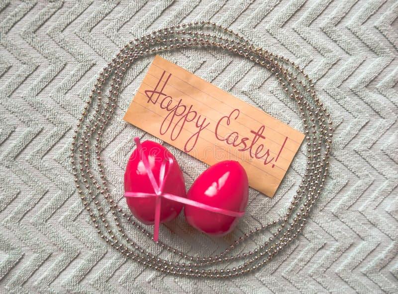 Wielkanocni jajka 2007 pozdrowienia karty szczęśliwych nowego roku Różowy łęk zawijał jajka i chaplet na popielatym tle zdjęcie stock