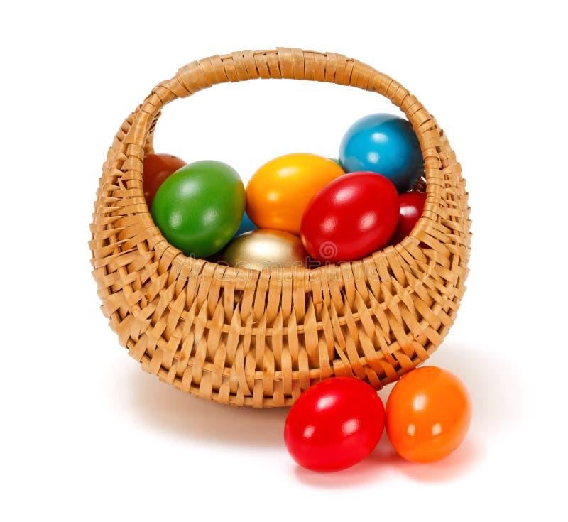 Wielkanocni jajka w łozinowym koszu zdjęcie stock