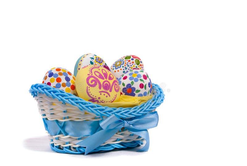 Wielkanocni jajka w błękitnym koszu zdjęcie stock