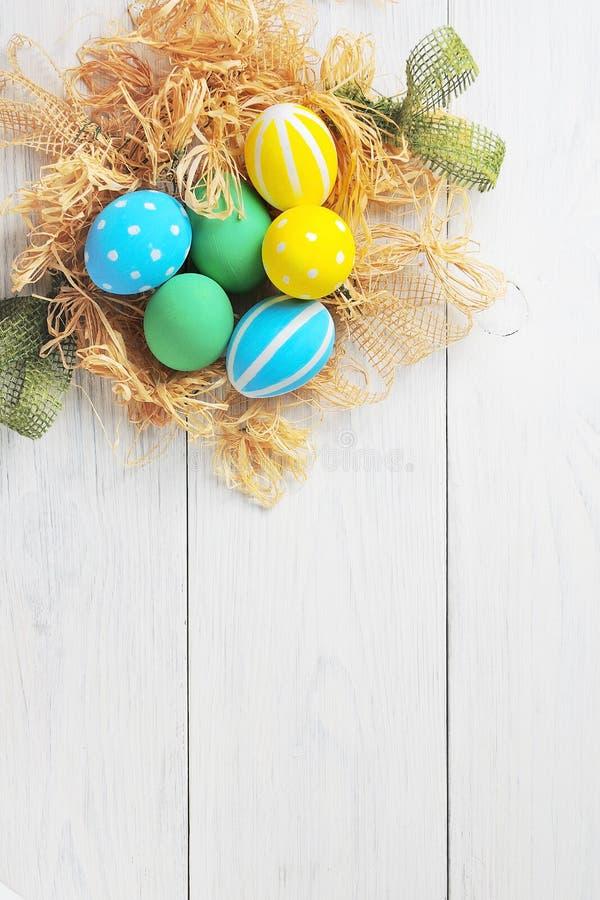 Wielkanocni jajka w gniazdeczku na nieociosanym białym tle zdjęcie stock