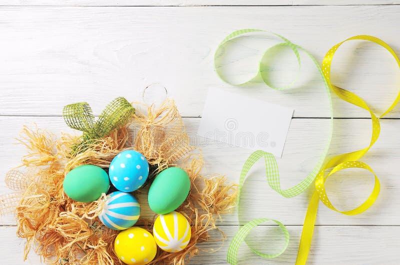 Wielkanocni jajka w gniazdeczku na nieociosanym białym tle obraz stock