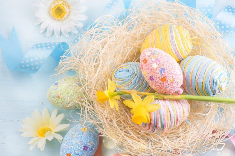 Wielkanocni jajka w gniazdeczku z wiosną kwitną obraz royalty free