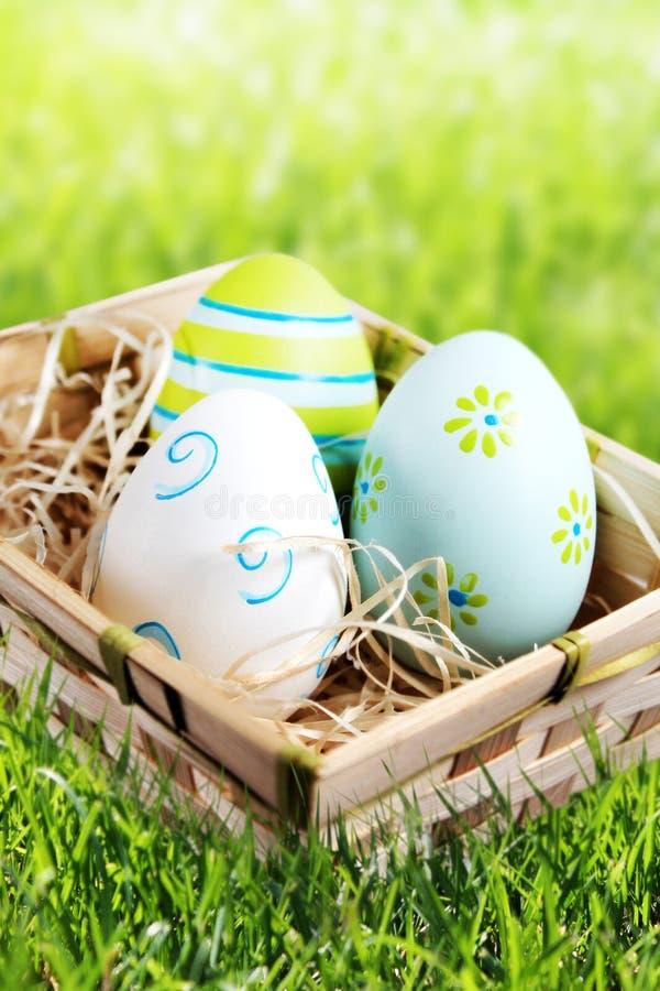 Wielkanocni jajka w koszu fotografia royalty free