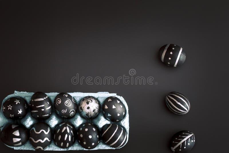 Wielkanocni jajka w tacy na czarnym odosobnionym tle obrazy stock