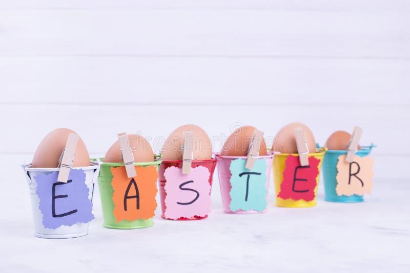 Wielkanocni jajka w wiadrach zdjęcia royalty free