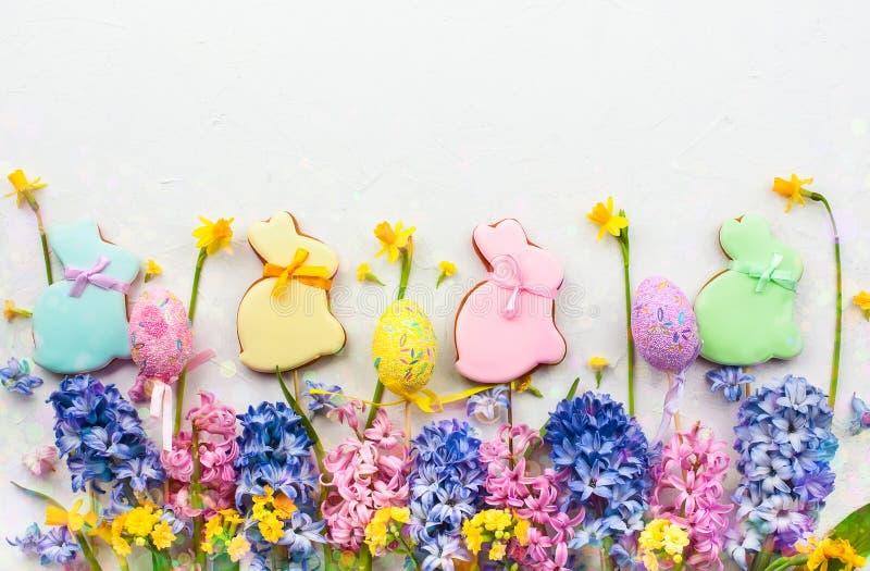 Wielkanocni jajka, wiosna kwiaty i ciastka dla wielkanocy, obraz stock