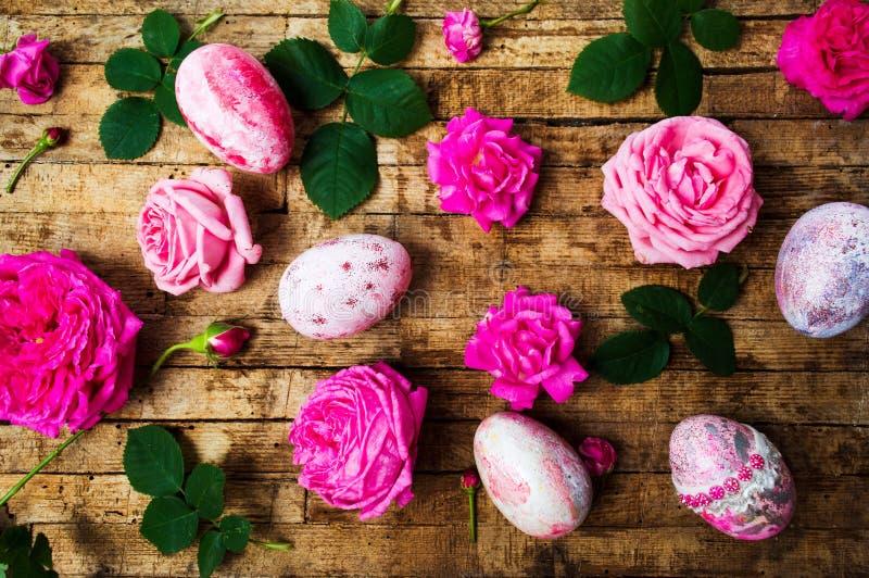 Wielkanocni jajka z świeżymi różami zdjęcia royalty free