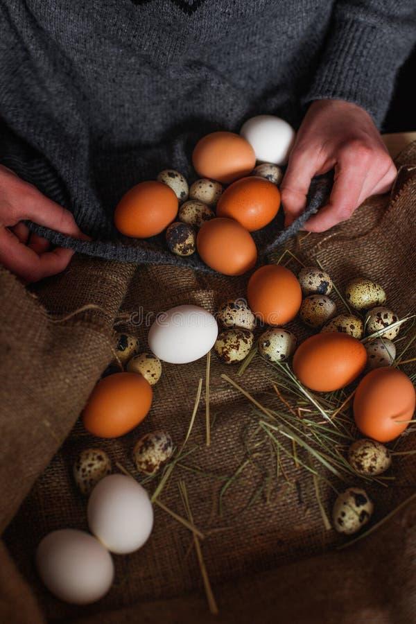 Wielkanocni jajka z słomą fotografia royalty free