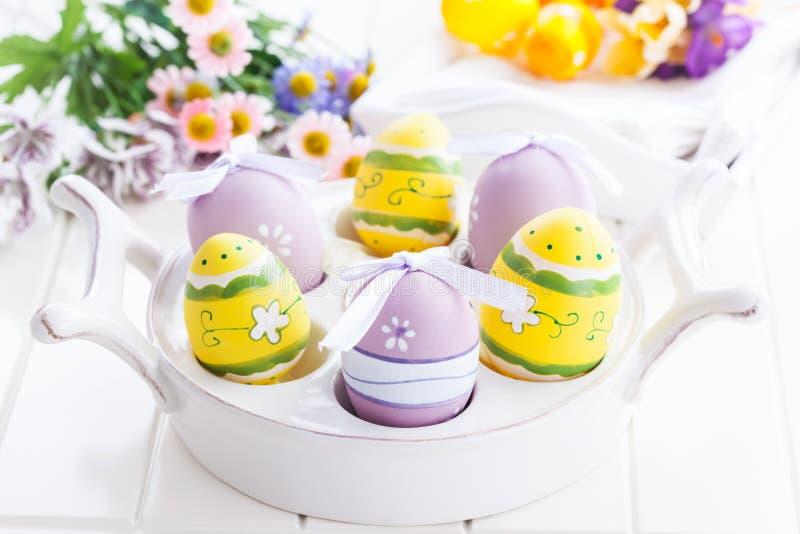 Wielkanocni jajka z wiosna kwiatami zdjęcie stock