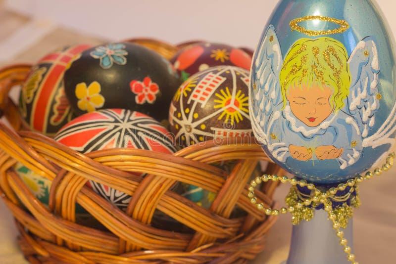 Wielkanocni jajka z wizerunkiem w koszu obrazy royalty free