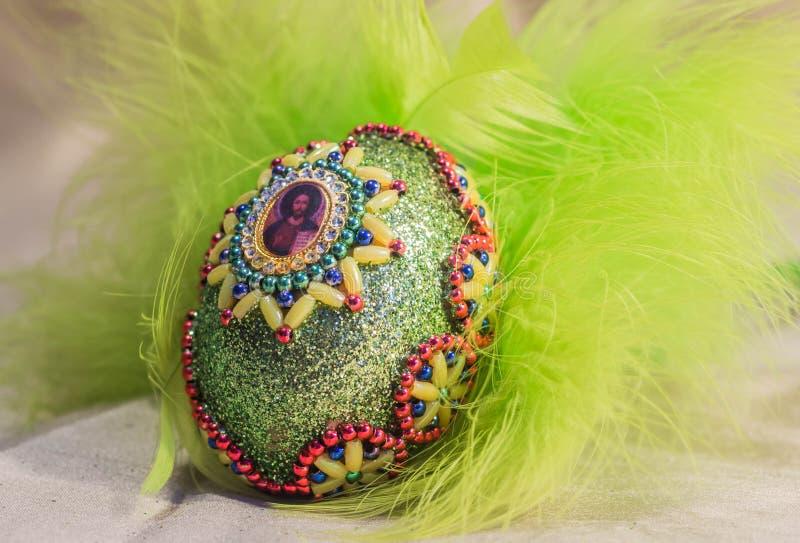 Wielkanocni jajka z wizerunkiem w koszu zdjęcia royalty free