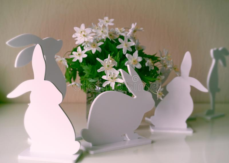 Wielkanocni króliki z wiosna kwiatami obraz royalty free