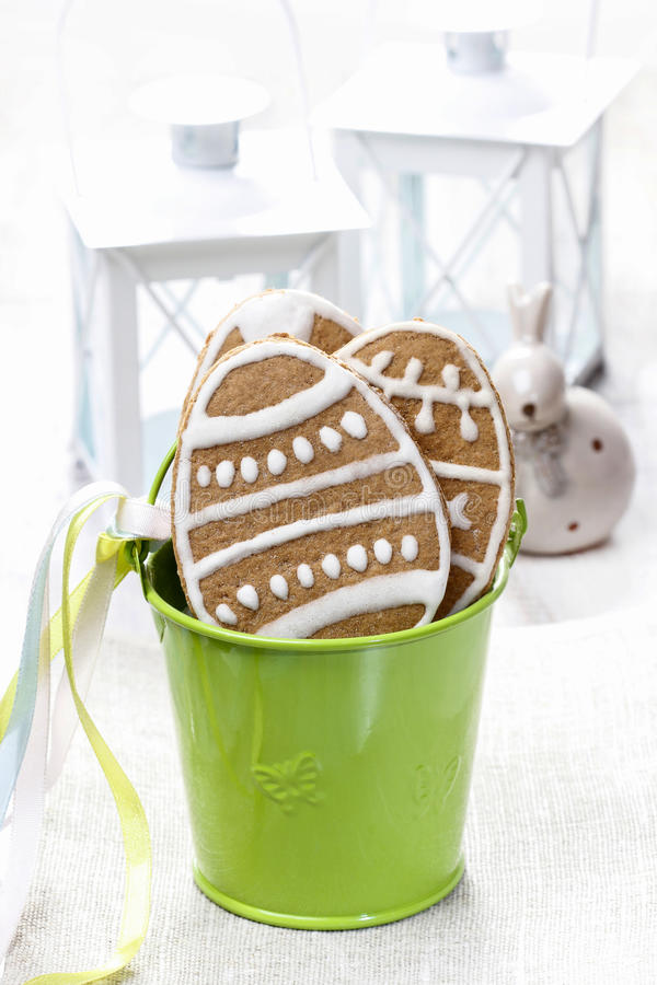 Wielkanocni piernikowi ciastka w zielonym wiadrze zdjęcie stock