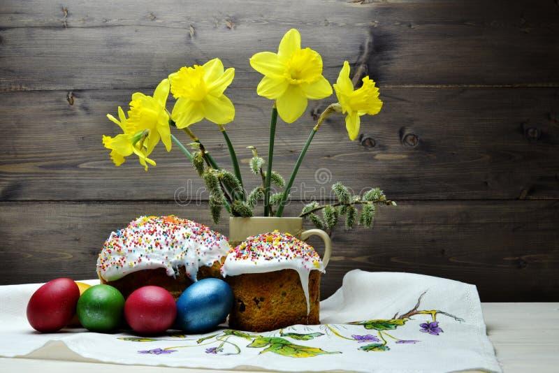 Wielkanocni torty i Wielkanocni jajka, bukiet żółci daffodils zdjęcie royalty free