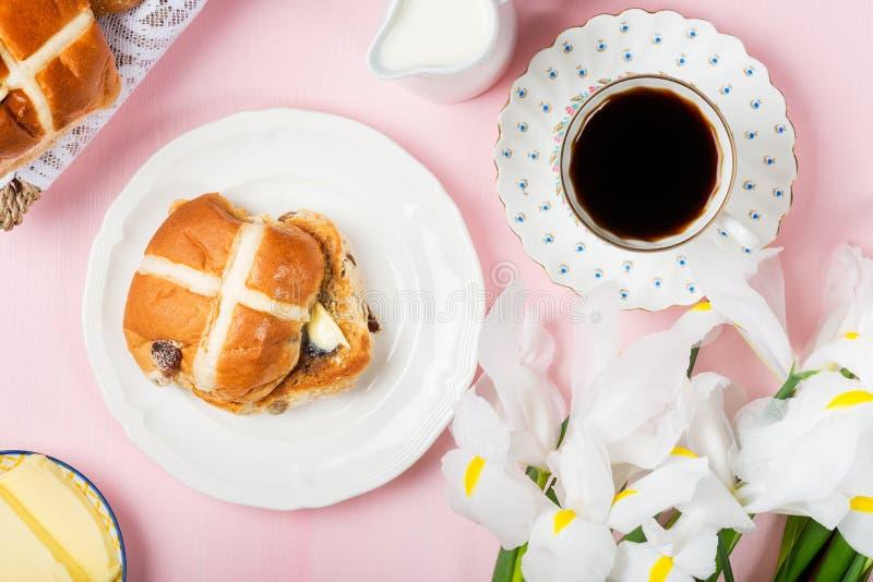 Wielkanocny śniadanie z Gorącymi Przecinającymi babeczkami zdjęcie stock